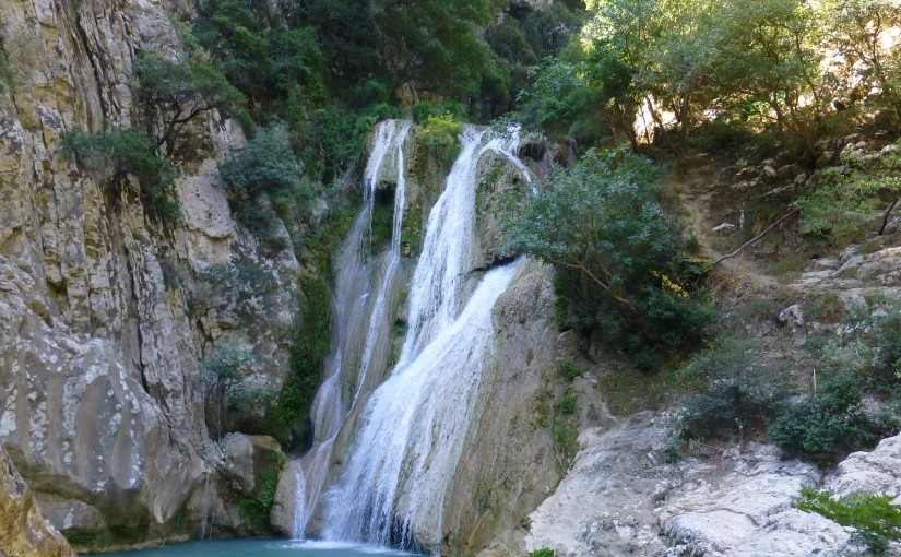 Polylimnio, kleine Seen und Wasserfälle