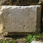Foto: Mauerstein mit alter griechischer Inschrift