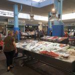 Fischverkauf in der Fischhalle auf der Agora Kalamata